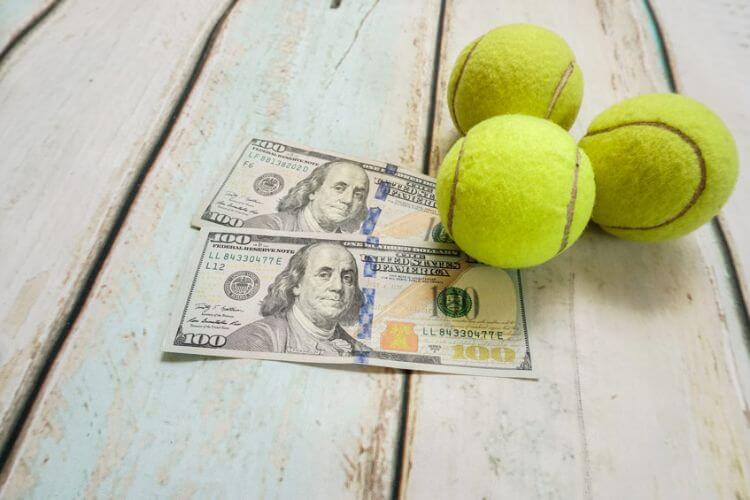 quả bóng tennis và tiền